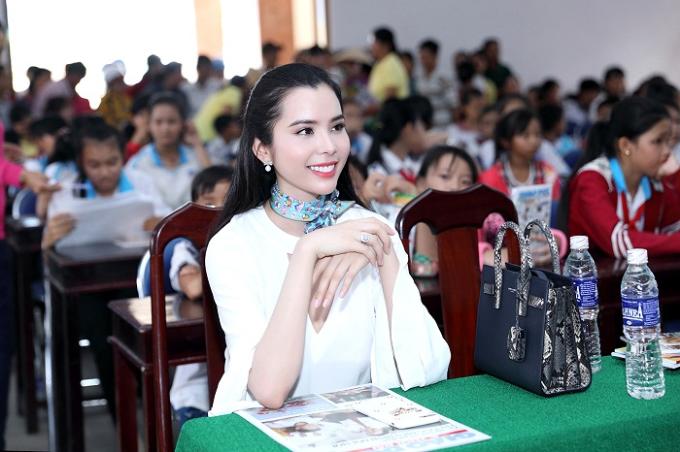 Á khôi Huỳnh Vy mặc giản dị khi tặng vở cho trẻ em nghèo - Ảnh minh hoạ 5