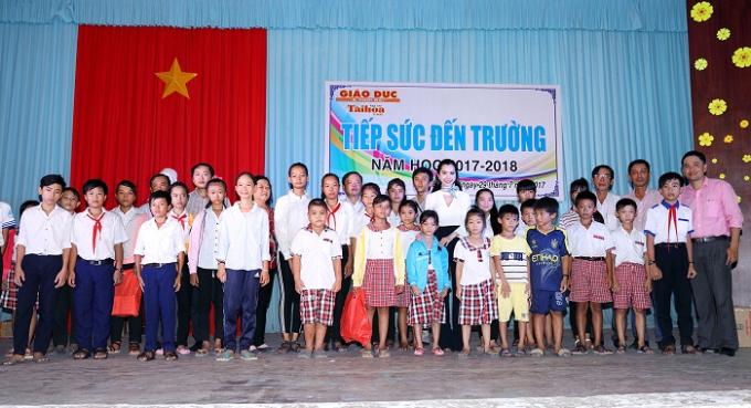 Á khôi Huỳnh Vy mặc giản dị khi tặng vở cho trẻ em nghèo - Ảnh minh hoạ 6