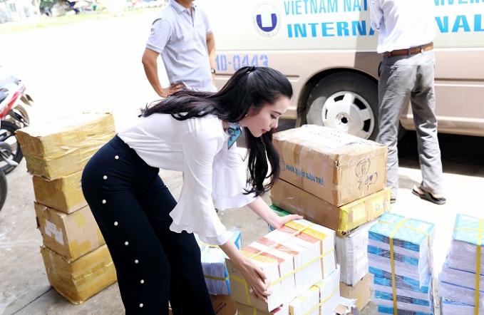 Á khôi Huỳnh Vy mặc giản dị khi tặng vở cho trẻ em nghèo - Ảnh minh hoạ 2