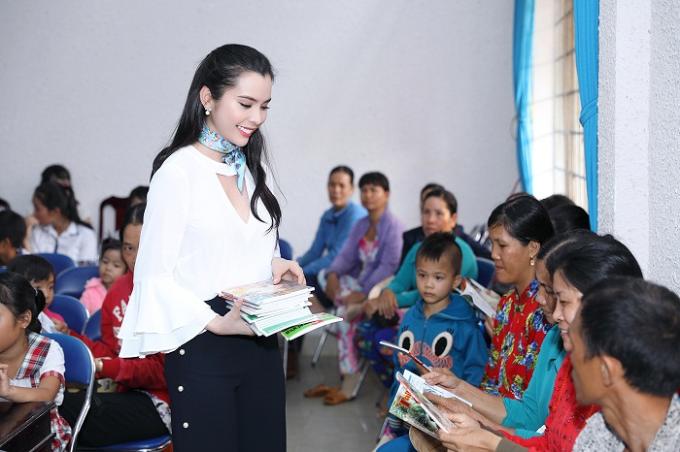 Á khôi Huỳnh Vy mặc giản dị khi tặng vở cho trẻ em nghèo - Ảnh minh hoạ 4