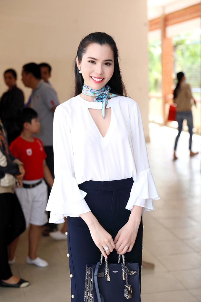 Á khôi Huỳnh Vy mặc giản dị khi tặng vở cho trẻ em nghèo