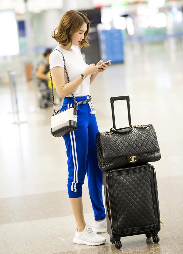 Ngọc Trinh mặc quần ống thấp ống cao ra sân bay