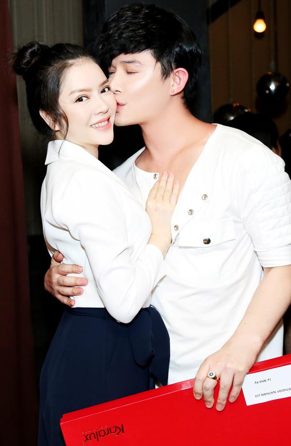 Nathan Lee hôn Lý Nhã Kỳ, Phương Mai trong tiệc sinh nhật