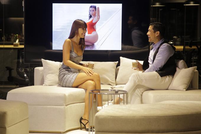 Hà Anh khoe vòng 1 sexy khi ghi hình talkshow tại Thái Lan