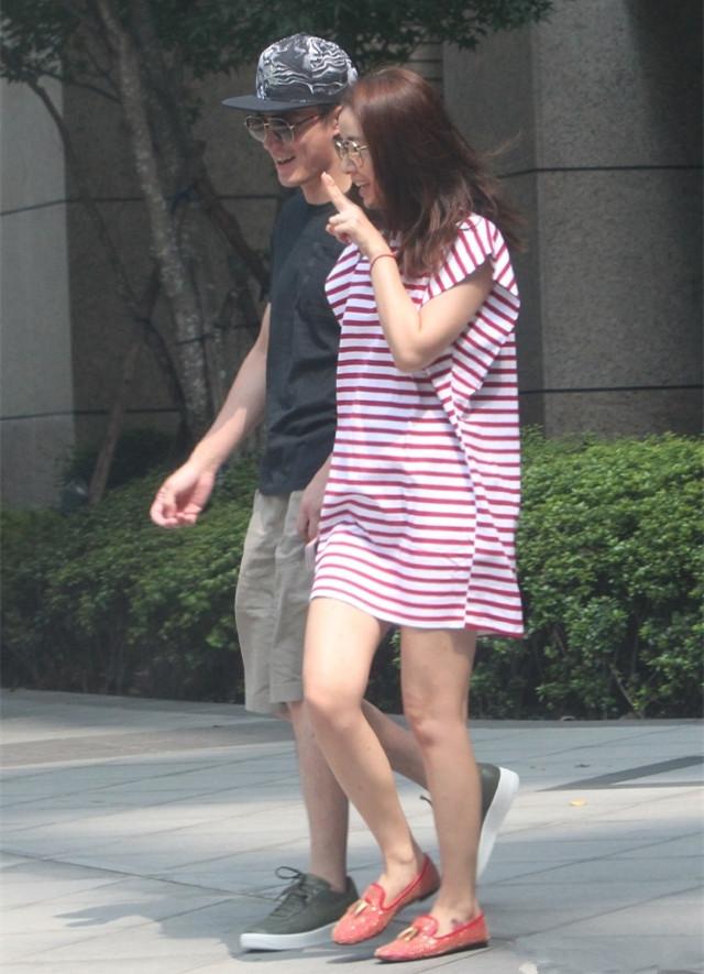 Lâm Tâm Như cười rạng rỡ khi xuống phố với chồng