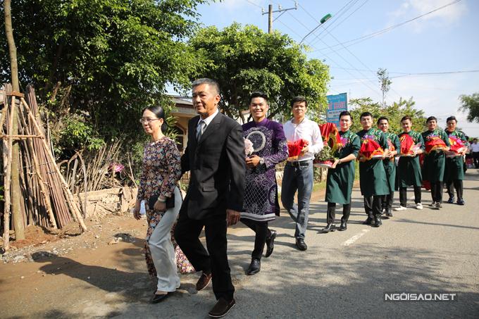 Trung Kiên đi xe mui trần sang trọng đến hỏi cưới Lê Phương - Ảnh minh hoạ 10
