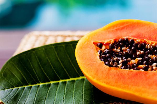 Đu đủ giàu vitamin A, C, E và các chất kháng viêm, giúp giảm tình trạng mụn đáng kể.