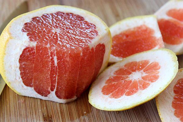 Tương tự như cam, bưởi rất giàu vitamn C, là loại quả giải nhiệt tuyệt vời trong ngày nắng nóng.