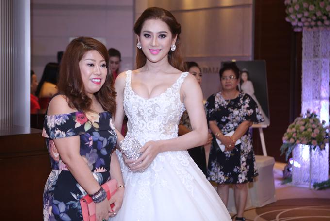 Lâm Khánh Chi cùng hôn phu điển trai dự tiệc cưới của Bảo Duy - Ảnh minh hoạ 3