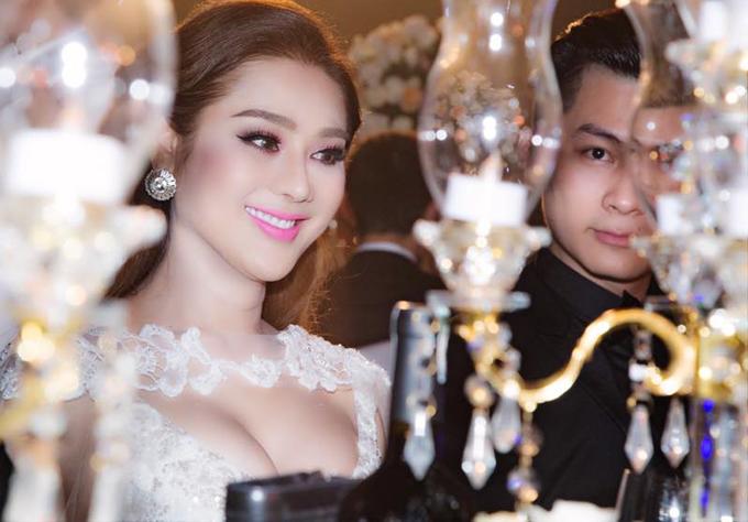 Lâm Khánh Chi cùng hôn phu điển trai dự tiệc cưới của Bảo Duy - Ảnh minh hoạ 4