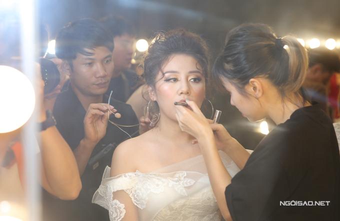 van-mai-huong-bich-phuong-make-up-ky-luong-truoc-gio-len-song