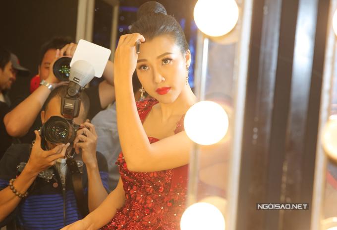 van-mai-huong-bich-phuong-make-up-ky-luong-truoc-gio-len-song-2