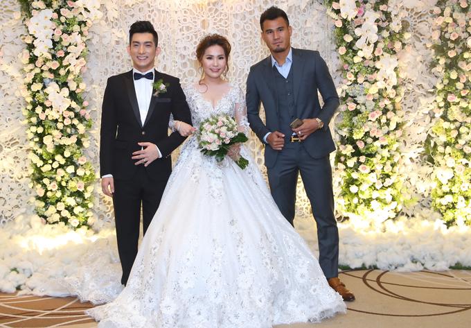 Lâm Khánh Chi cùng hôn phu điển trai dự tiệc cưới của Bảo Duy - Ảnh minh hoạ 8