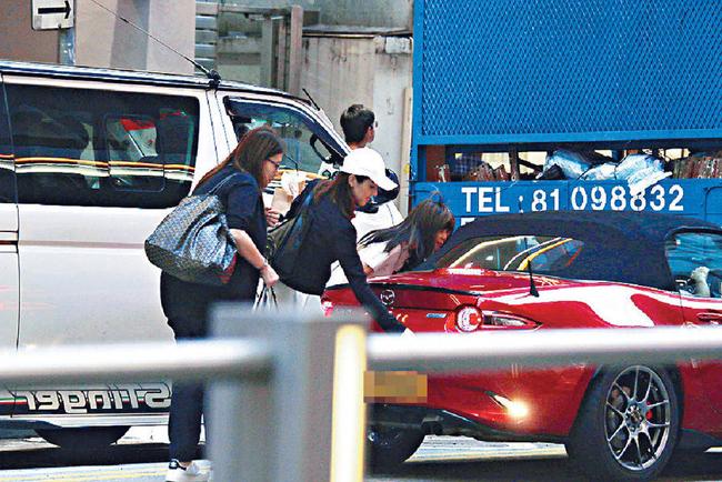 Trịnh Gia Dĩnh lái xe sang đưa người yêu kém 21 tuổi đi mua sắm