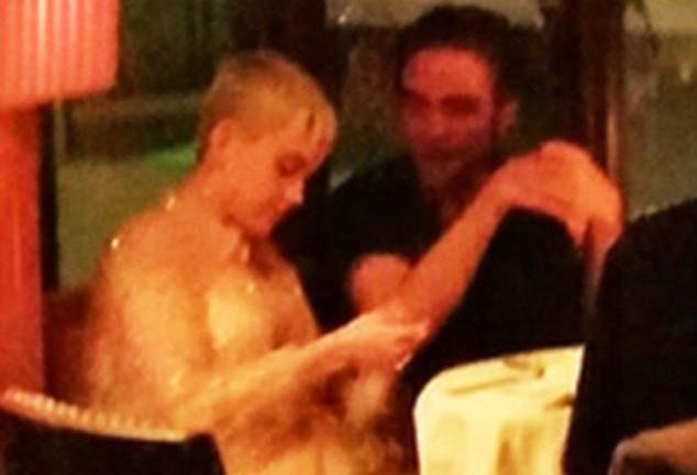 Hon the cua Robert Pattinson bi bat gap than mat ben nguoi dan ong khac