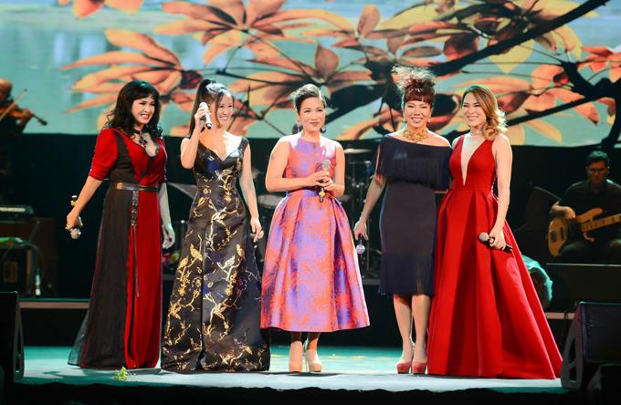 Hồng Nhung mặc váy Mỹ Tâm tặng dịp sinh nhật lên sân khấu - Ảnh minh hoạ 4