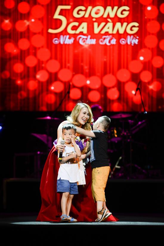 Hồng Nhung mặc váy Mỹ Tâm tặng dịp sinh nhật lên sân khấu - Ảnh minh hoạ 6