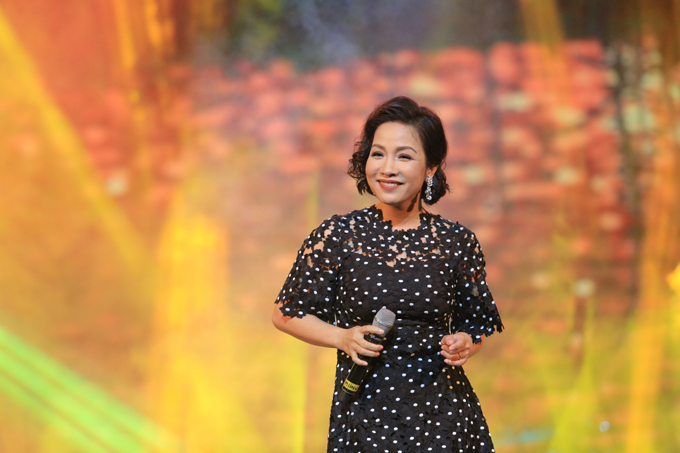 Hồng Nhung mặc váy Mỹ Tâm tặng dịp sinh nhật lên sân khấu - Ảnh minh hoạ 7