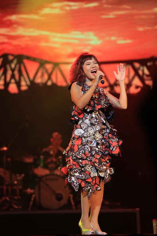 Hồng Nhung mặc váy Mỹ Tâm tặng dịp sinh nhật lên sân khấu - Ảnh minh hoạ 10