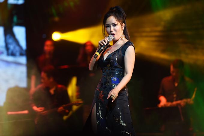 Hồng Nhung mặc váy Mỹ Tâm tặng dịp sinh nhật lên sân khấu - Ảnh minh hoạ 9