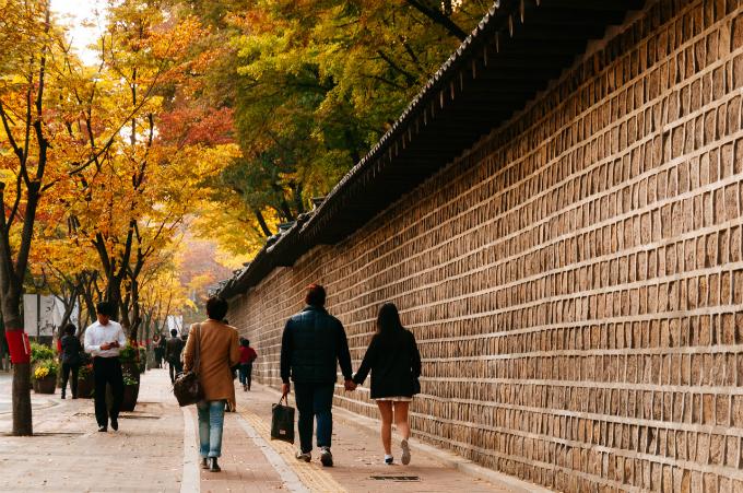 Dẫu là mùa nào, con đườngDeoksugung cũng đều rất đẹp và yên tĩnh, nằm yên ắng giữa một Seoul nhộn nhịp. Ngày nay, giới trẻ Hàn Quốc không còn tin vào những kiêng kị từ thời ông bà nữa. Thậm chí, họ coi việc nắm tay nhau đi trên con đường chia ly trở thành thử thách cho tình yêu.