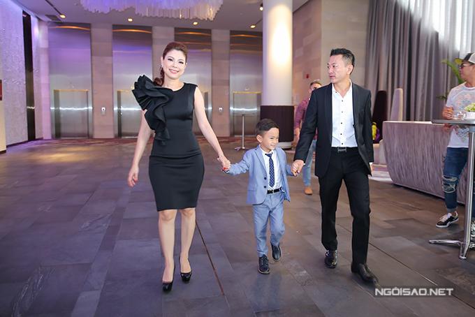 Bạn trai tháp tùng Thanh Thảo và bé Jacky đi sự kiện