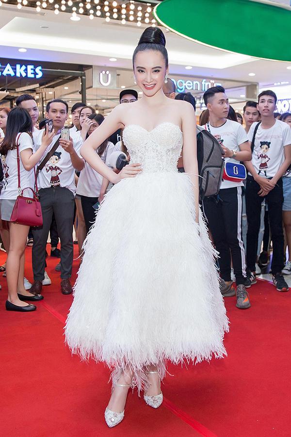 Angela Phương Trinh sexy hết cỡ đi event dù đang ốm nặng