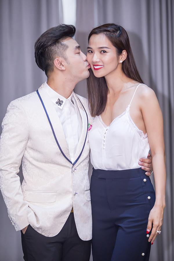 Ưng Hoàng Phúc xúc động hôn vợ trong sinh nhật ở Hà Nội - Ảnh minh hoạ 10