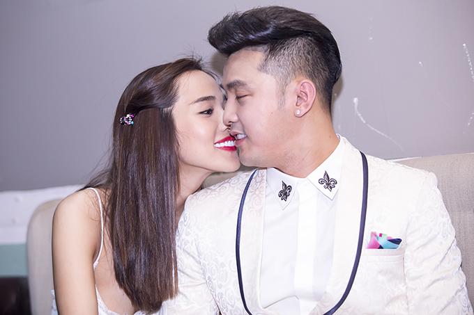 Ưng Hoàng Phúc xúc động hôn vợ trong sinh nhật ở Hà Nội - Ảnh minh hoạ 11