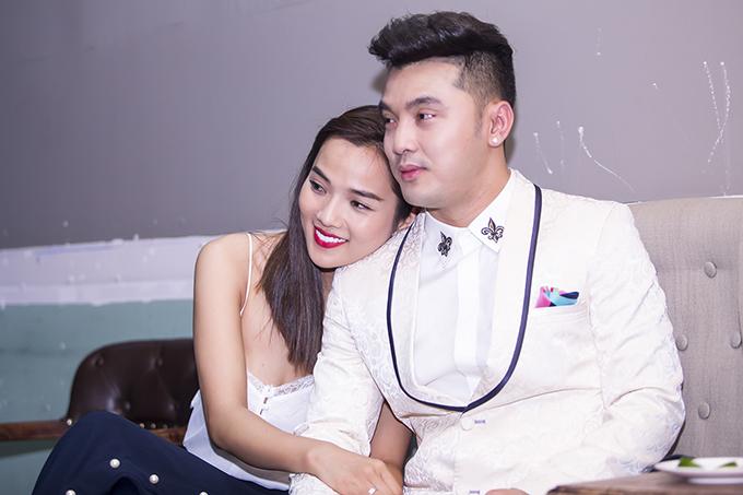 Ưng Hoàng Phúc xúc động hôn vợ trong sinh nhật ở Hà Nội - Ảnh minh hoạ 12