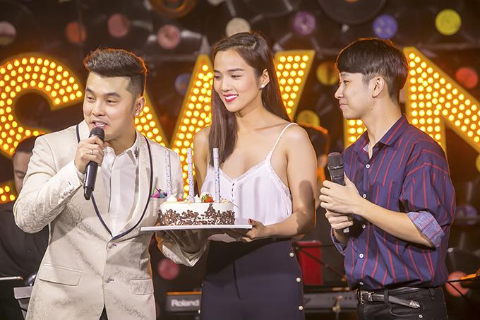 Ưng Hoàng Phúc xúc động hôn vợ trong sinh nhật ở Hà Nội - Ảnh minh hoạ 2