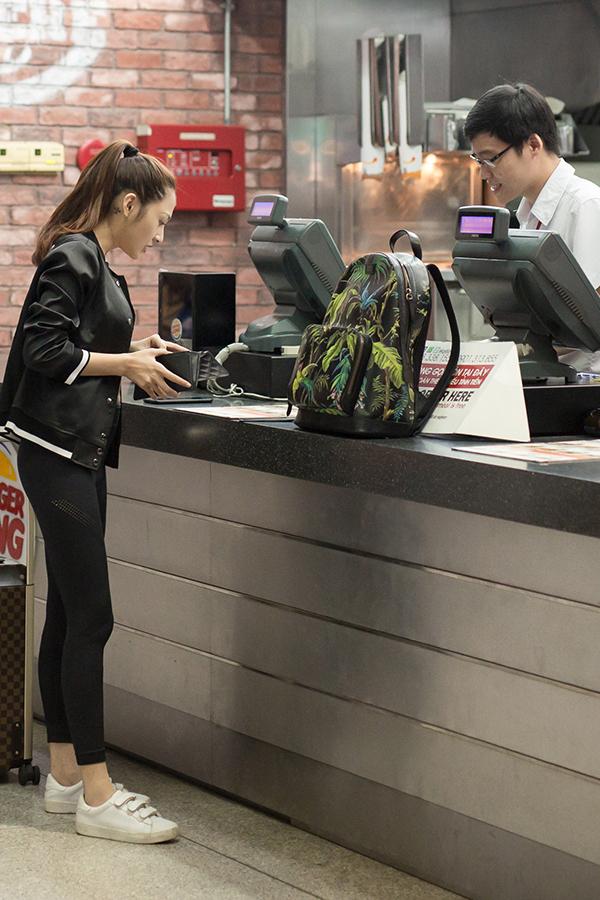 Bảo Anh ăn vội ở sân bay lúc rạng sáng trước khi đi London - Ảnh minh hoạ 4