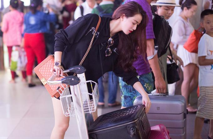 Khánh My diện mốt giấu quần, khoe chân dài ở sân bay - Ảnh minh hoạ 5