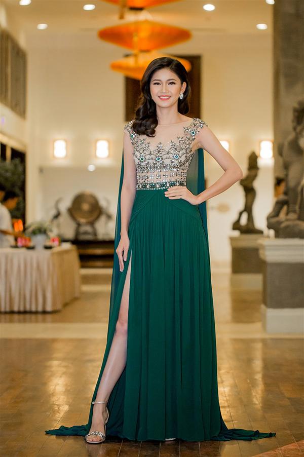 Á hậu Thanh Tú mặc hai bộ đầm sexy đi làm MC ở Đà Nẵng