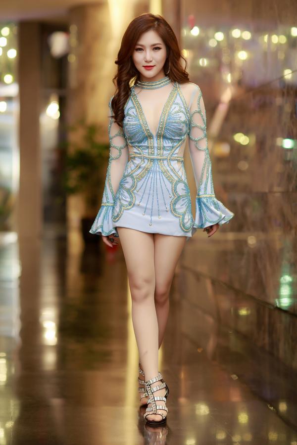 Hương Tràm diện váy ngắn hết cỡ lên sân khấu