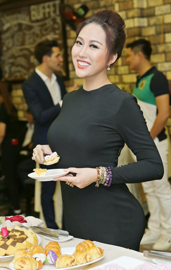 Phi Thanh Vân mặc kín mít, thân thiết với trai Tây trong sự kiện