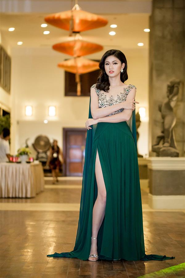 Á hậu Thanh Tú mặc hai bộ đầm sexy đi làm MC ở Đà Nẵng - Ảnh minh hoạ 2