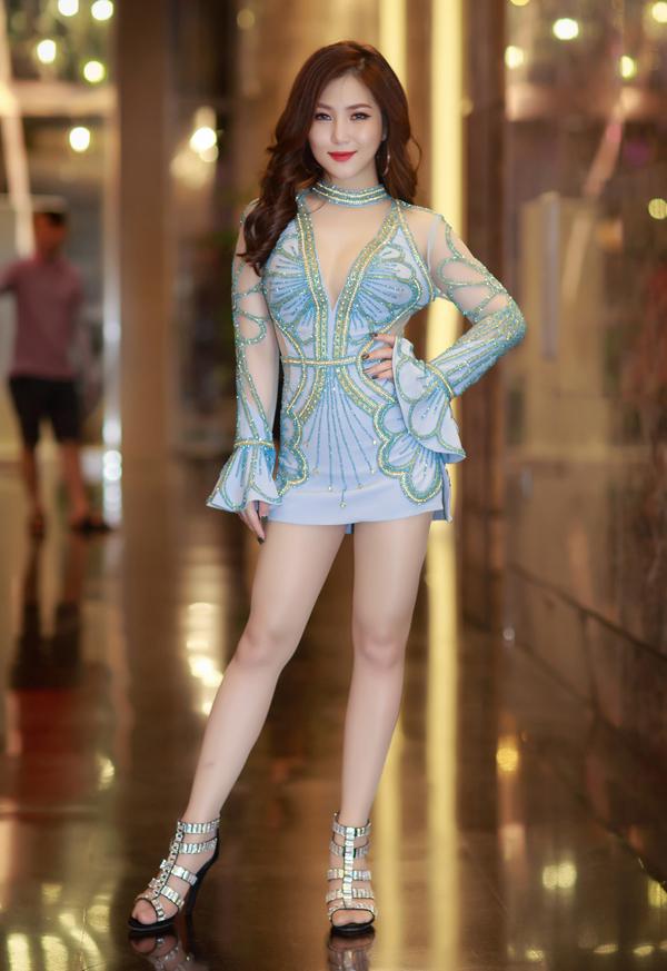 Hương Tràm diện váy ngắn hết cỡ lên sân khấu - Ảnh minh hoạ 2