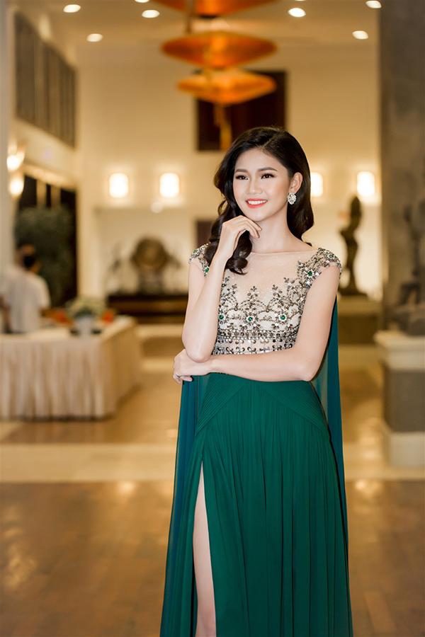 Á hậu Thanh Tú mặc hai bộ đầm sexy đi làm MC ở Đà Nẵng - Ảnh minh hoạ 3
