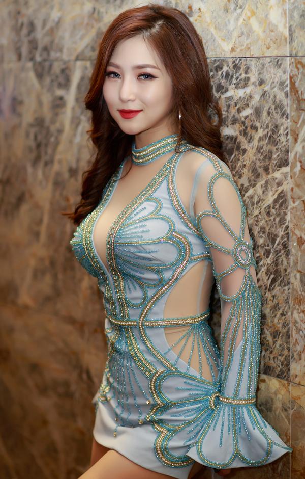 Hương Tràm diện váy ngắn hết cỡ lên sân khấu - Ảnh minh hoạ 4