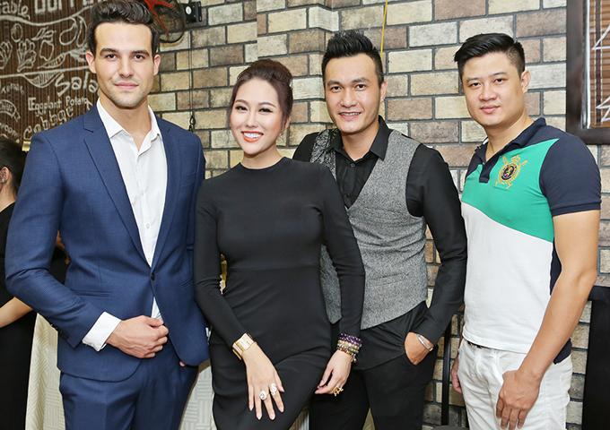 Phi Thanh Vân mặc kín mít, thân thiết với trai Tây trong sự kiện - Ảnh minh hoạ 4