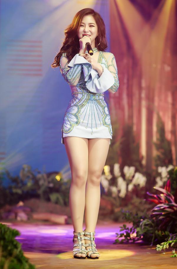 Hương Tràm diện váy ngắn hết cỡ lên sân khấu - Ảnh minh hoạ 5