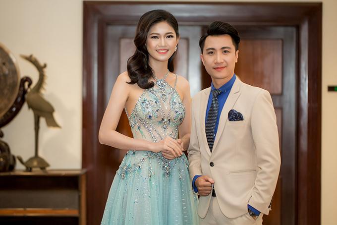 Á hậu Thanh Tú mặc hai bộ đầm sexy đi làm MC ở Đà Nẵng - Ảnh minh hoạ 8
