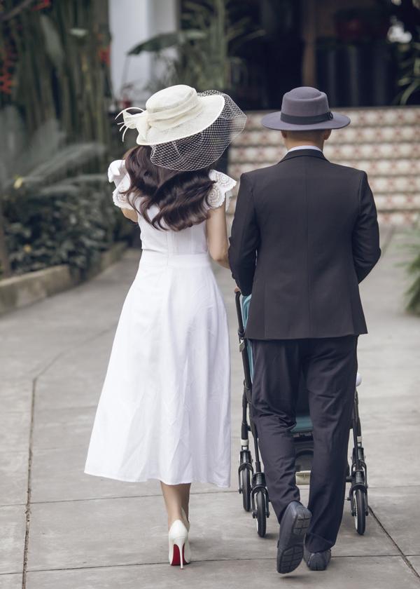 Dương Cẩm Lynh mặc điệu đà đi dạo cùng chồng và con trai - Ảnh minh hoạ 9