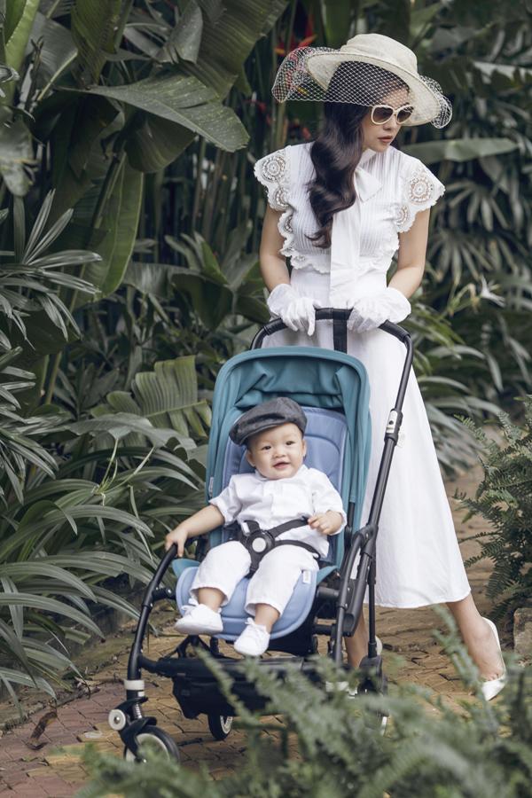 Dương Cẩm Lynh mặc điệu đà đi dạo cùng chồng và con trai - Ảnh minh hoạ 2
