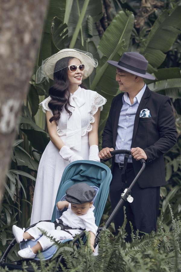 Dương Cẩm Lynh mặc điệu đà đi dạo cùng chồng và con trai - Ảnh minh hoạ 5