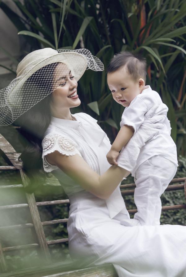 Dương Cẩm Lynh mặc điệu đà đi dạo cùng chồng và con trai - Ảnh minh hoạ 8