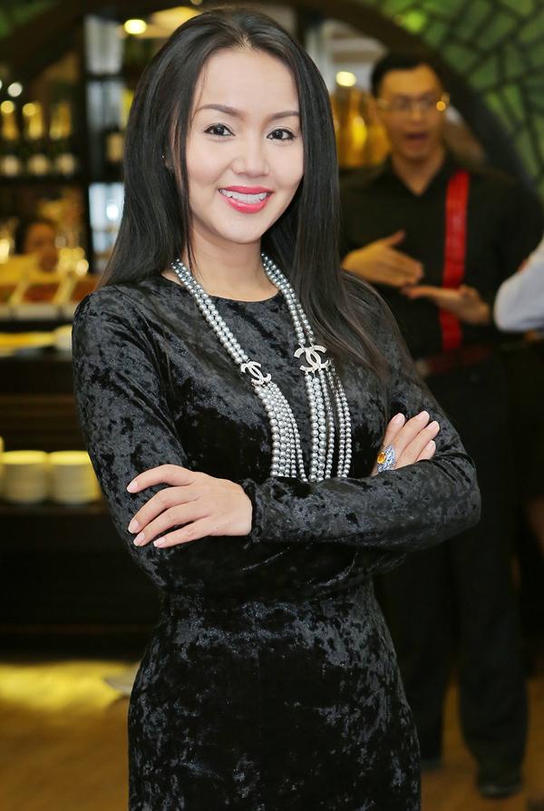Phi Thanh Vân mặc kín mít, thân thiết với trai Tây trong sự kiện - Ảnh minh hoạ 6