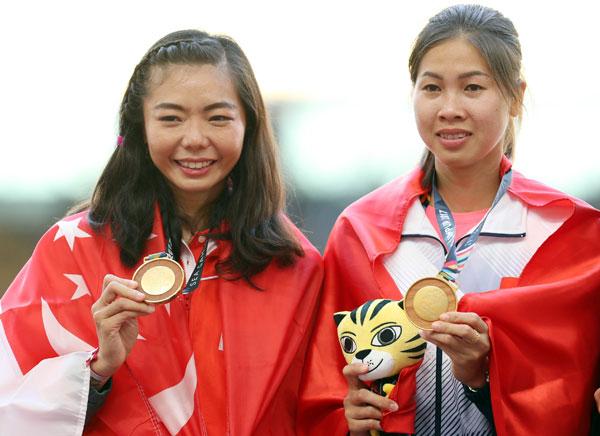 Việt Anh và Suat Li Michelle chia sẻ HC vàng. Ảnh: Đức Đồng