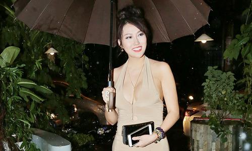 Phi Thanh Vân mặc sexy, đội mưa tầm tã đi nghe nhạc